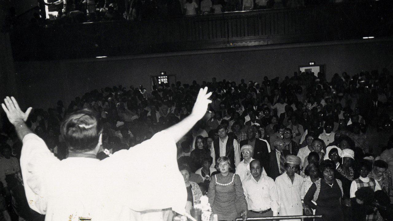 'Midnight Mass' và vụ án Jonestown trong đời thực đã truyền cảm hứng cho cao trào của bộ phim - Jonestown